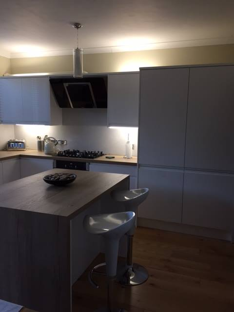 Whiter gloss kitchen with a Egger worktop., kitchens Newtownards, Gloss kitchens Newtownards, Professional kitchen fitters Newtownards